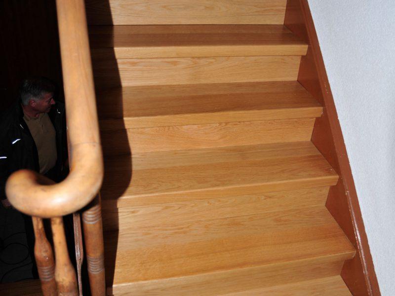 Alte Treppe mit Parkett belegt