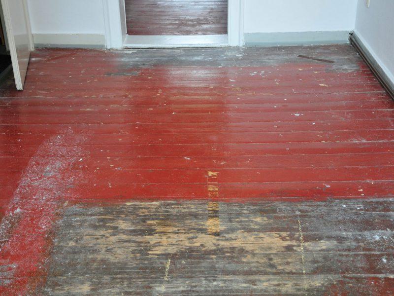 Aufarbeiten alter Dielen unter roter Farbe