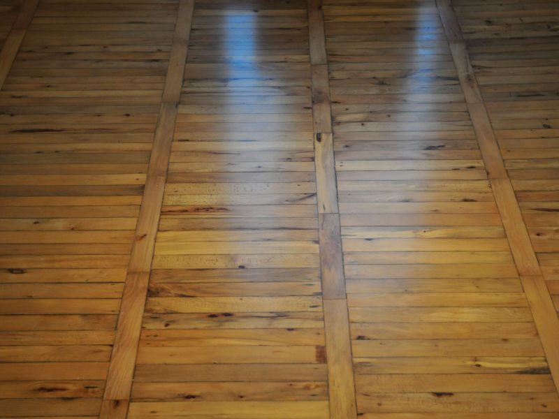 Schleifen und Versiegeln alter Leiterboden
